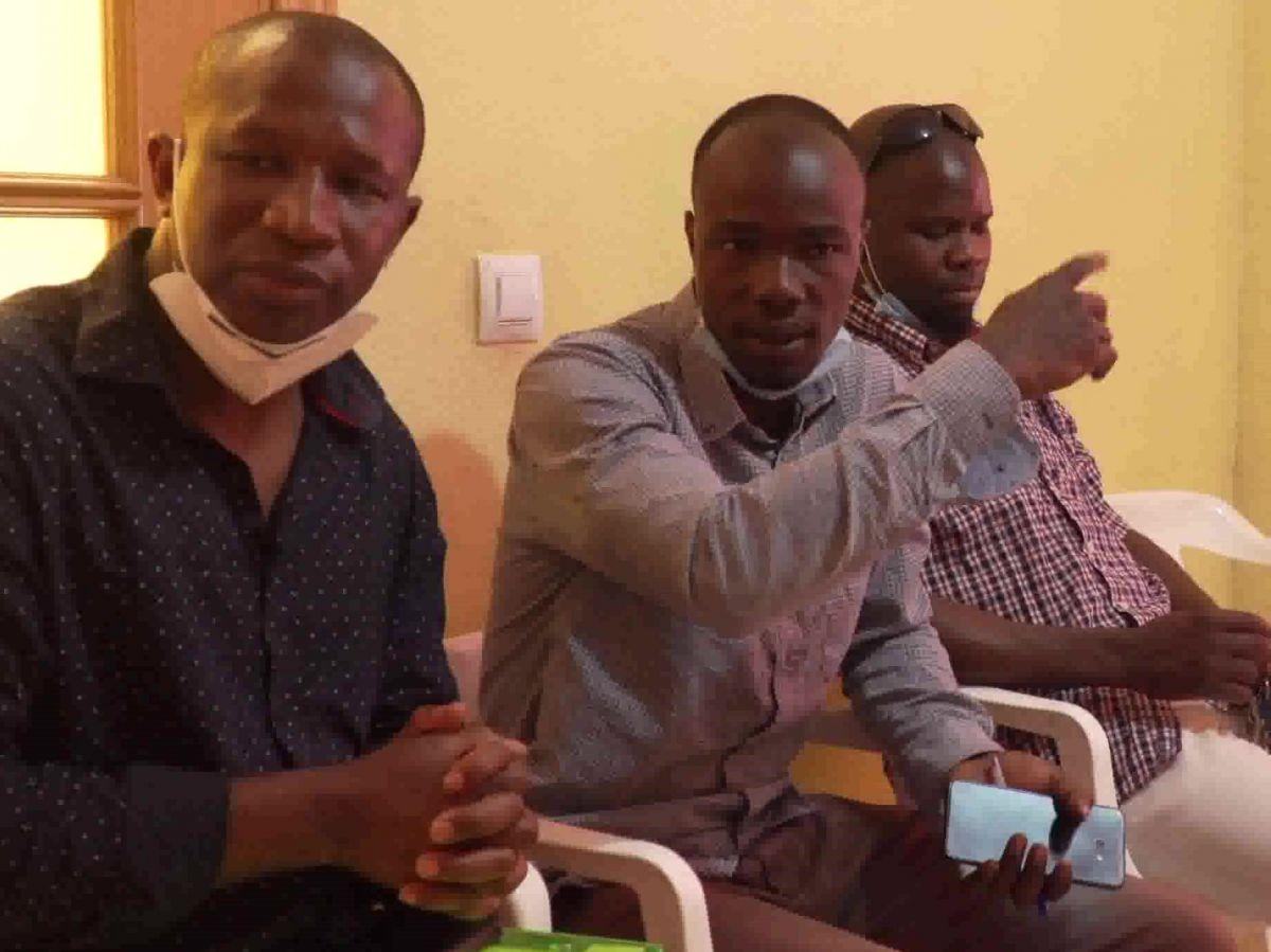 Presidente de ATDME en Recas Koman Koita y representante de la Embajada de Mali con un joven facilitador dialógan sobre sus problemas.
